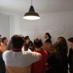 Raffaele insegna ai giovani studenti il valore della collaborazione
